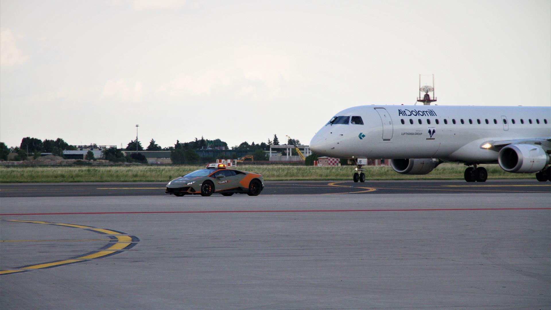 A new Lamborghini Huracán EVO follow-me car for Bologna Airport - Image 1