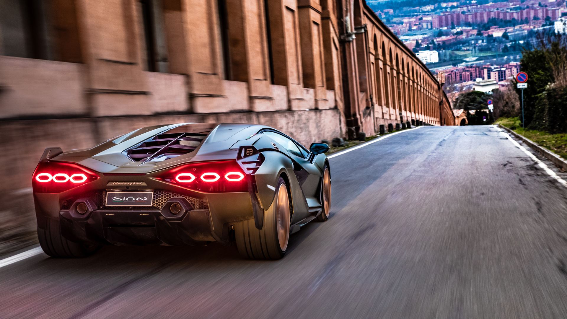 Lamborghini Sián pays homage to the porticoes of Bologna. Following the UNESCO designation, the super sports car from Sant'Agata travels the streets of Bologna's porticoes - Image 7
