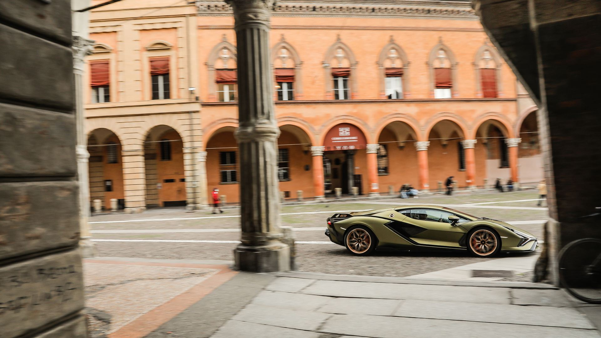 Lamborghini Sián pays homage to the porticoes of Bologna. Following the UNESCO designation, the super sports car from Sant'Agata travels the streets of Bologna's porticoes - Image 3