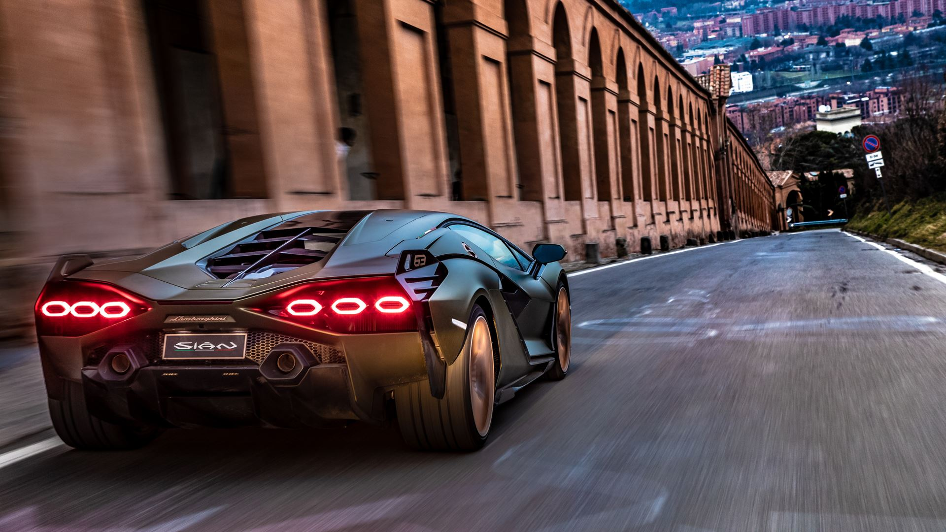 Lamborghini Sián pays homage to the porticoes of Bologna. Following the UNESCO designation, the super sports car from Sant'Agata travels the streets of Bologna's porticoes - Image 2