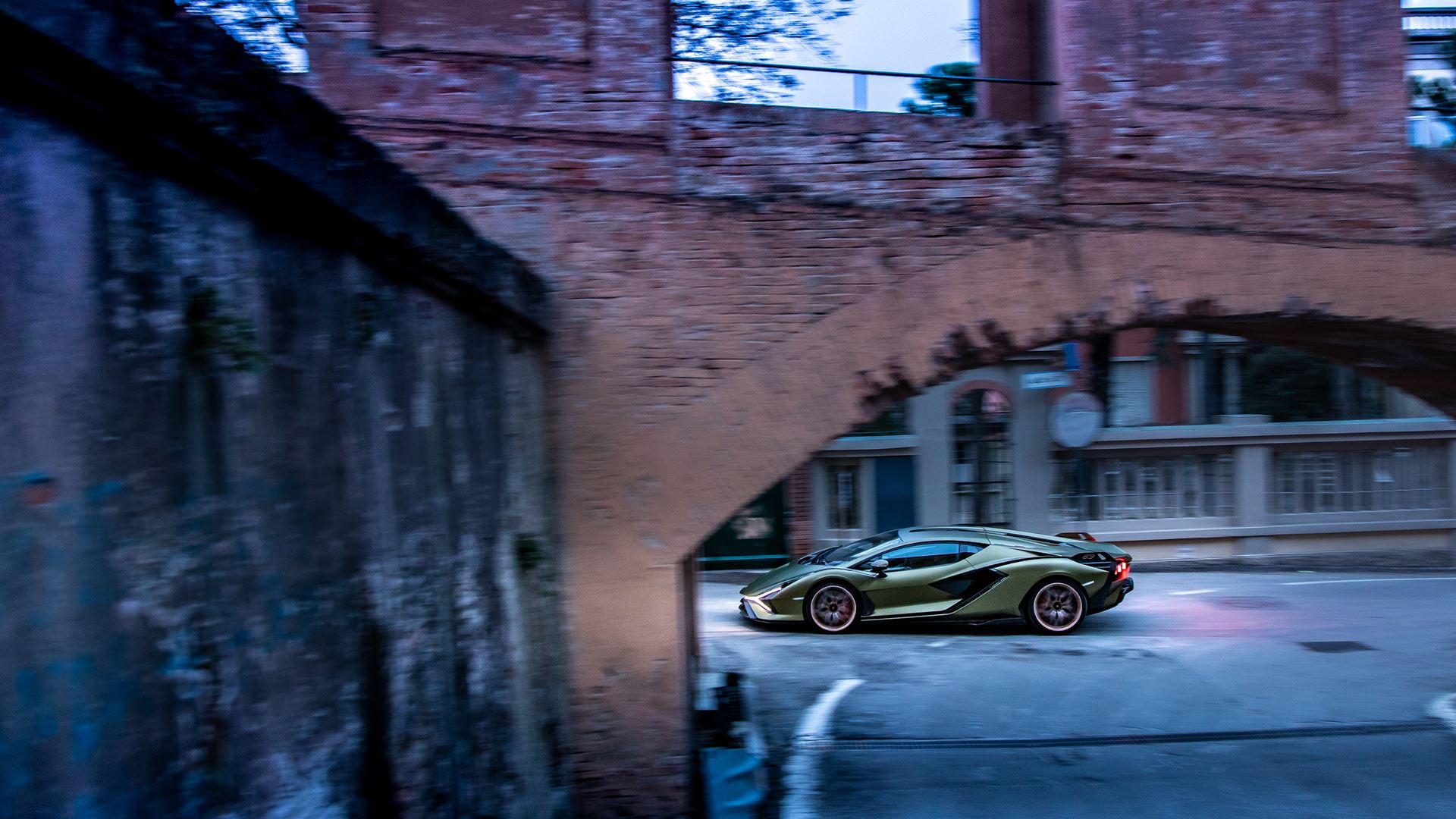 Lamborghini Sián pays homage to the porticoes of Bologna. Following the UNESCO designation, the super sports car from Sant'Agata travels the streets of Bologna's porticoes - Image 1