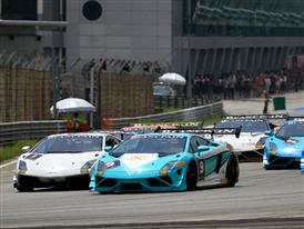 Cars begin the race under extreme temperatures