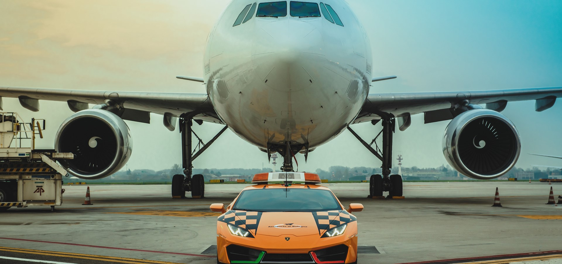 Lamborghini Huracán RWD als Follow-Me Car am Flughafen..