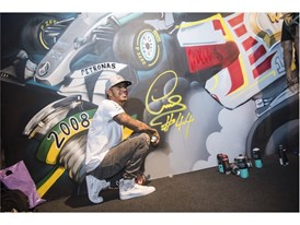 LEWIS HAMILTON SHOWS HIS ARTISTIC TALENT AT PUMA EVENT IN SÃO PAULO_4