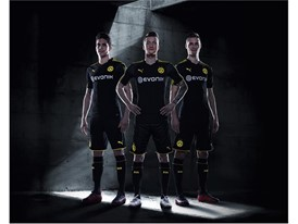 17AW_BTL_TRADE_TS_Football_Step-Out_xStanding-Trio-BVB