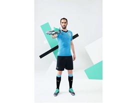 18AW_PR_TS_Football_URUGUAY_WC_PORTRAIT4_STUDIO_GODIN_0310_RGB.jpg